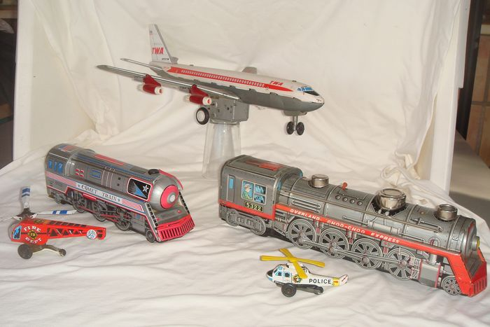 "T.N Nomura - Yoneyaya - Daiya - Kanto Toys - Battery Operated Planes & Trains - TWA BOEING Super Jet Airliner ""N75ITW""/Yoneya Toys 2 x Helicopter /Choo Choo Express & Comet Train - 1950-1959 - Japan"
