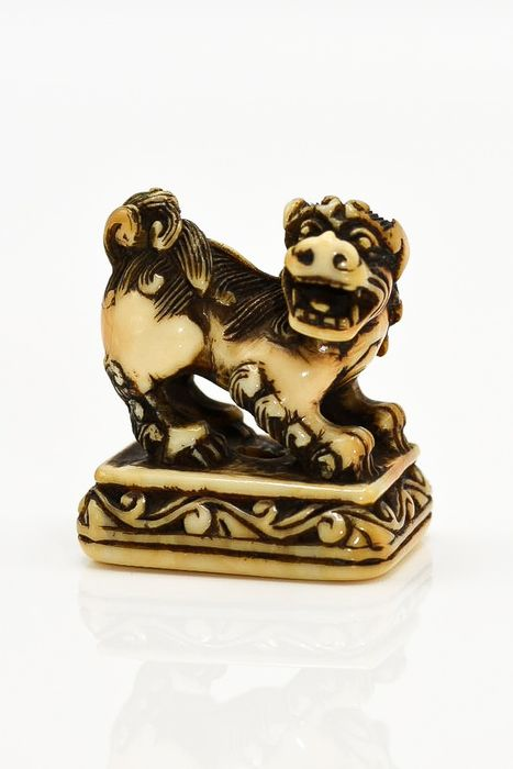 Netsuke (1) - Ivoor - Ivory netsuke Shishi on base, Edo period 19th century, - Japan - 19e eeuw