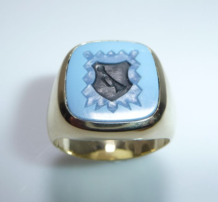 """14 kt. Yellow gold - Ring - Layer agate approx. 4.0 ct. - Coat of arms seal / Motif """"Trumpet"""""""