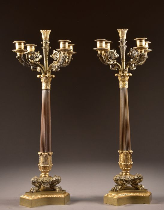 Pair of two-tone candlesticks on beautiful lion's feet - Empire - Bronze (patinated), Ormolu - Early 19th century