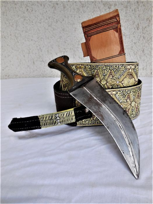 Vintage curved dagger Jamiya / Hadramaut with animal horn handle and gold ducats, leather scabbard and embroidered carrying belt