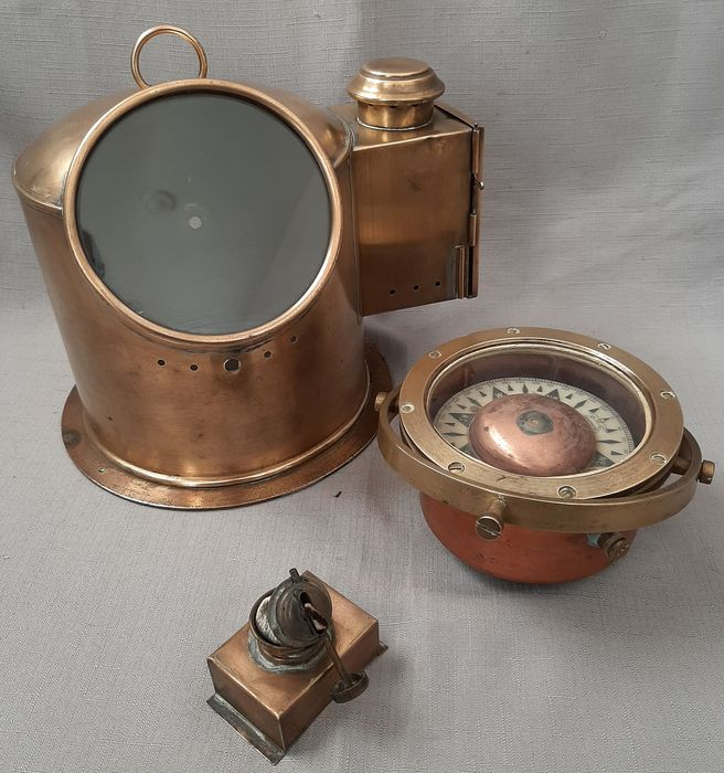Antique compass in beautiful compass house - Brass - Early 20th century
