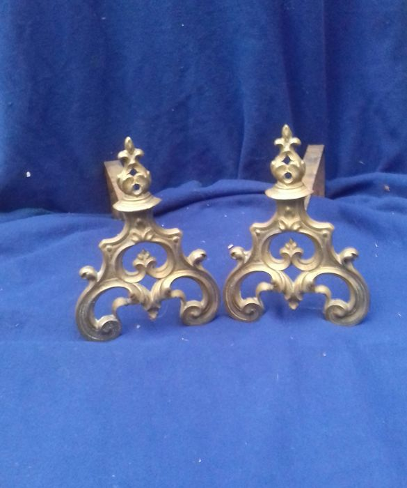 Fireplace supports with Fleur de Lys decoration (2) - Messing, wrought iron - Eind 19e eeuw