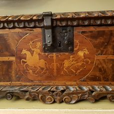 Forziere in noce lastronato, intarsiato, scolpito  - Attribuito alla famiglia Sforza di Milano - Strongbox, Carved jeweled bonnet box with threaded and inlaid dueling rings on horseback - Iron (cast/wrought), Walnut, Wood - Late 16th century