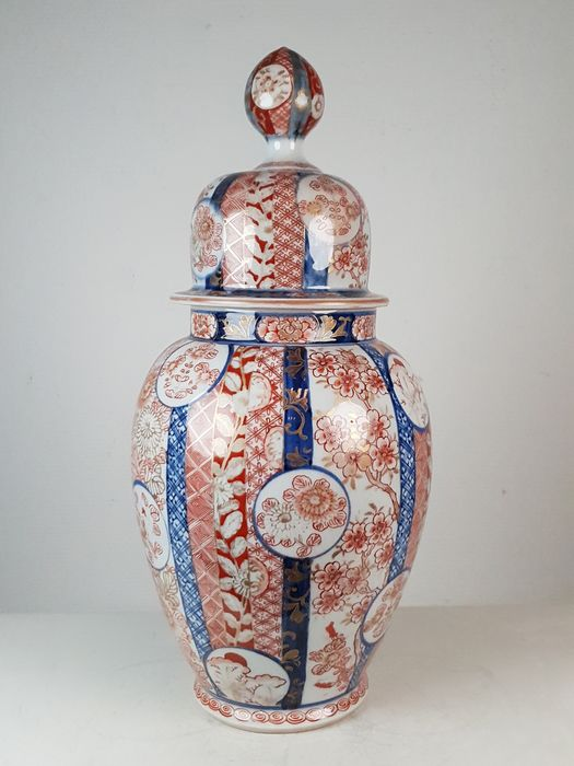 Finely painted lidded Imari vase - Porcelain - Japan - 19th century