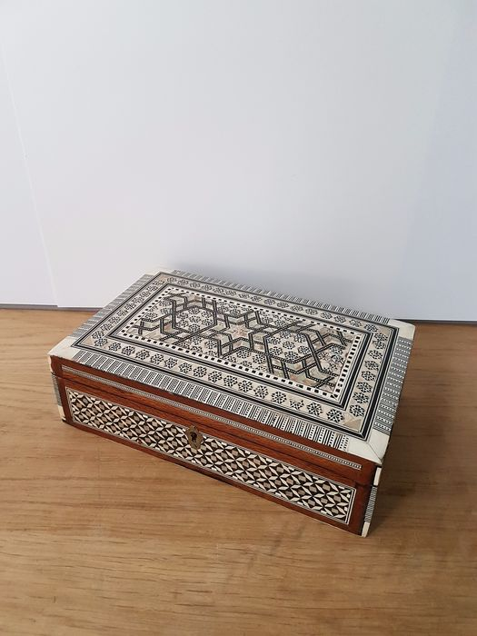 Jewelry box inlaid with mother-of-pearl - Wood