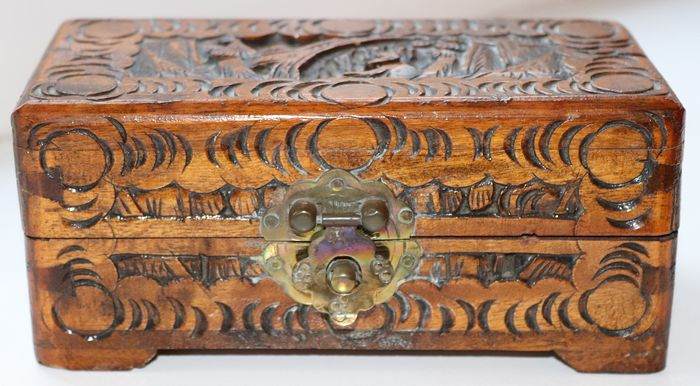 Antique wooden box with beautiful woodcut (1) - Wood