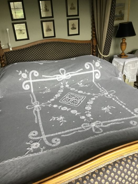 LATE 19thC EMBROIDERED LACE BEDCOVER IN TULLE FABRIC. - Cotton - Late 19th century