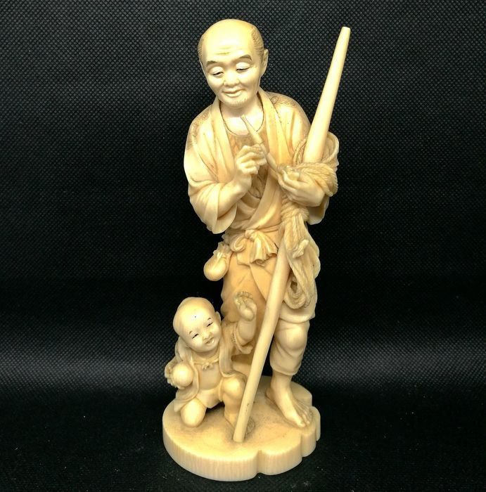 Okimono Depicting Man with Child - Ivory - Japan - Meiji period (1868-1912)