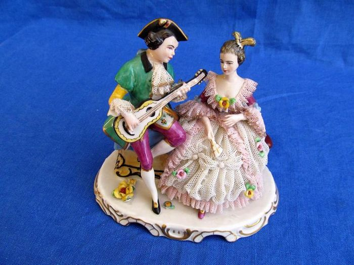 Frankenthal - Lace figurine of a man serenading a lady - Porcelain