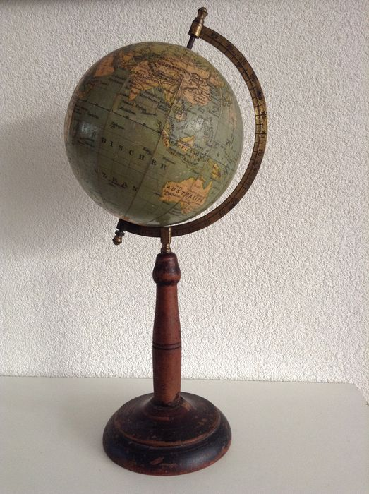 Prof. Dr. A. Krause. - Paul Rath Lehrmittelwerkstätten Leipzig. - Small antique globe / globe on high turned wooden base 1920 (1) - Brass, Cardboard, Wood