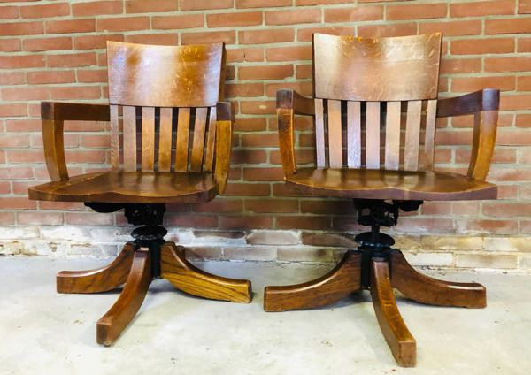 Two oak chairs / office chair with turn and tilt mechanism - Wood- Oak, Cast iron