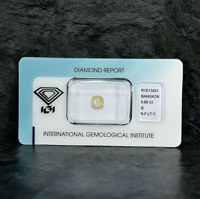 Diamant - 0.66 ct - Cushion - Natural Fancy Light Yellow - I2 - NO RESERVE PRICE