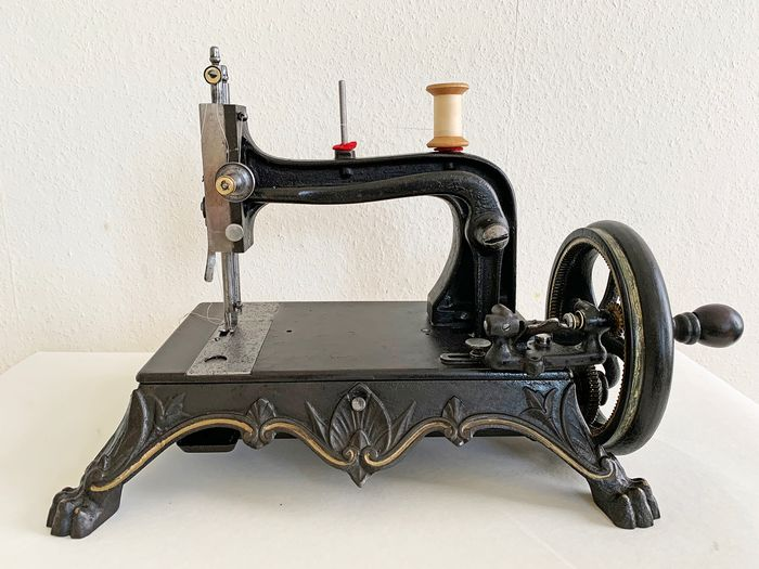 Haid & Neu - Regina Margherita - 'Pawfoot' - Very decorative sewing machine, ca.1880 - Cast iron