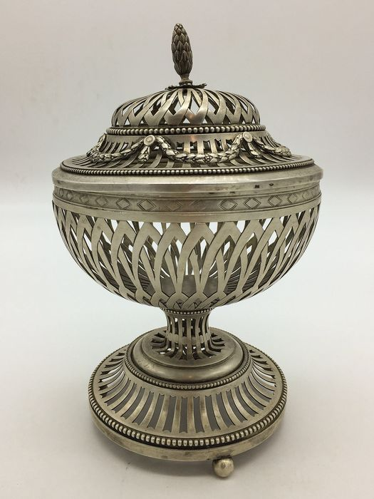 Round perforated basket with silver directorial lid (1) - Silver - Italy - Early 19th century