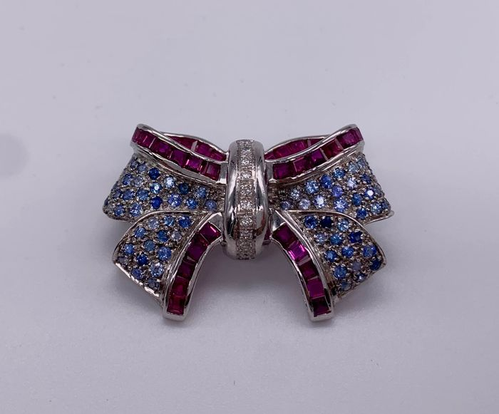 18 kt. White gold - Brooch, with Diamonds - Rubys, Sapphires