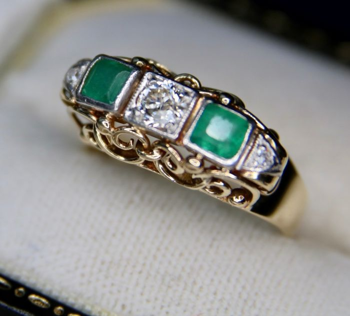 14 kt. Platinum, Yellow gold - Circa 1920 Ring - 0.82 ct Old cut Diamond - Emeralds - simple cut diamonds - Handcrafted Germany