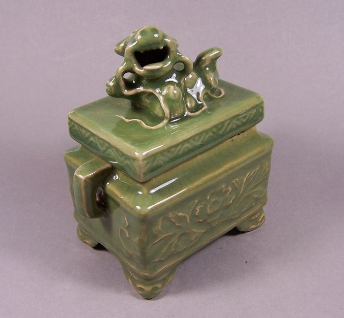 Censer 'fangding' - Celadon - Porcelain - Foo dog - A crackled green celadon ('longquan') lidded square incense burner - China - Second half 20th century