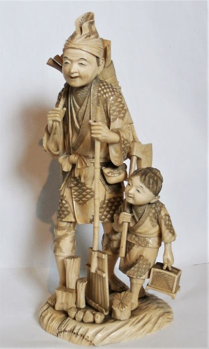 Okimono - Olifanten ivoor - a good large carving of a lumberjack and son - Japan - Meiji periode (1868-1912)