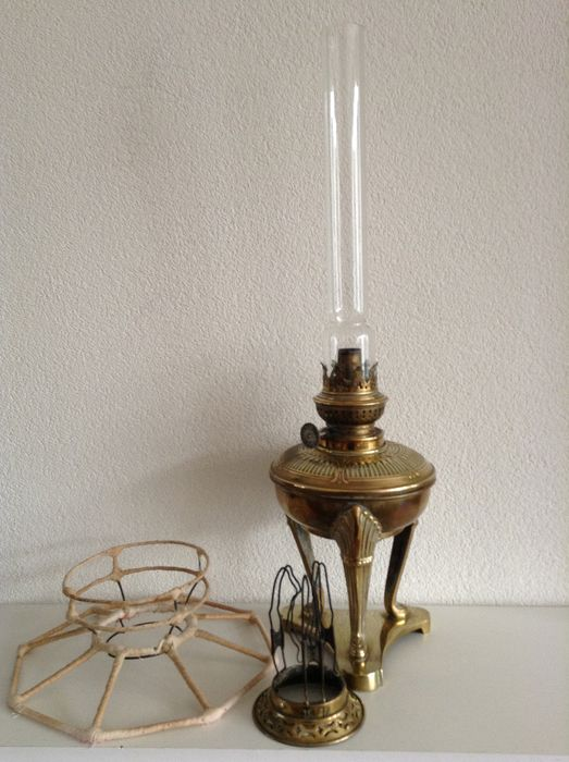 Nicely carved antique standing brass oil lamp (1) - Brass, Glass