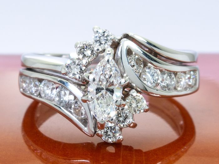 14 kt. Gold - 0.93 Ct - diamond ring with 0.35 carat center.