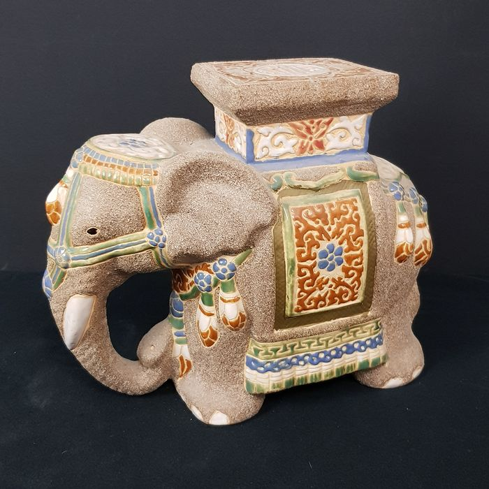Detailed elephant as a plant table - Ceramic
