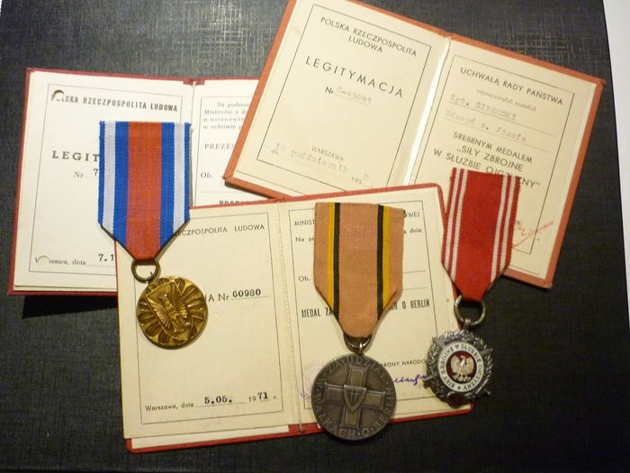 Poland - Set of 3 Polish Military Medals + 3 Elite Documents (EXT1) - Medal