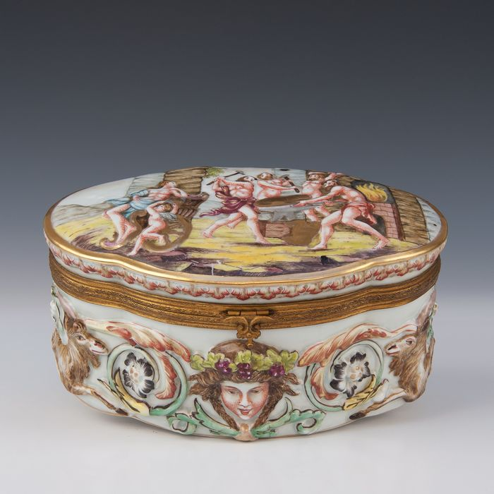 Capodimonte - lid box - decorated in relief with mythological decor (1) - Porcelain