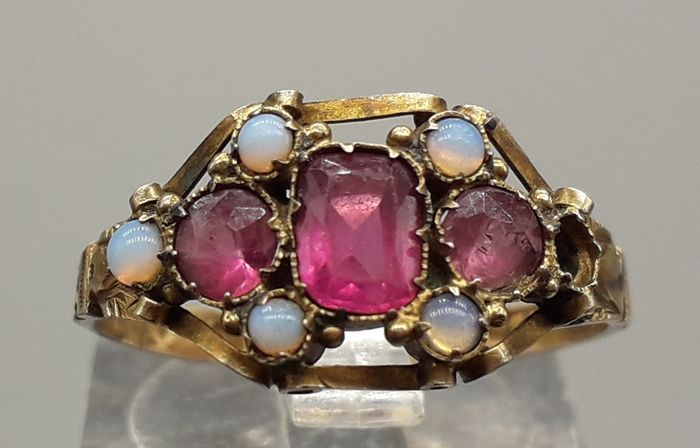 Synthetic Ruby & Opal - 12K Yellow gold - Victorian Ring
