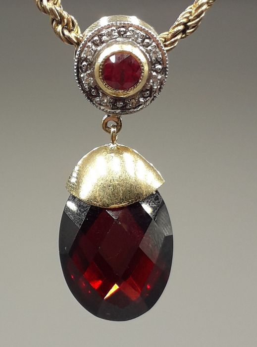 Ruby (0.35ct), Diamond (0.10ct) & Faceted Garnet (14.25ct) - 18 kt. Yellow gold - Necklace, Pendant