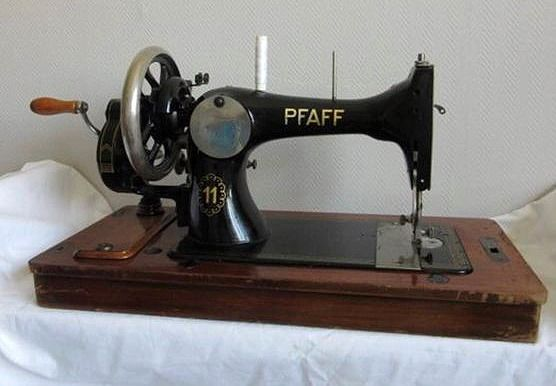 PFAFF 11 - Sewing machine - iron (forged / cast / lubricated) with wooden lid and original key
