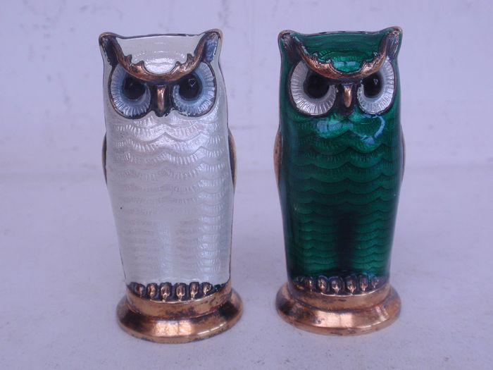 Silver enamel pepper and salt spreader in the shape of an owl (2) - .925 silver - David Andersen - Norway - mid 20th century