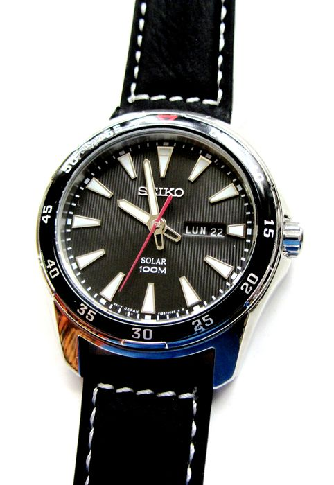 Seiko - Solar SNE393P1 100M Watch Eng. French Day Date Suede & Race Rallye Band - V158-0AY0 - Herren - 2011-heute