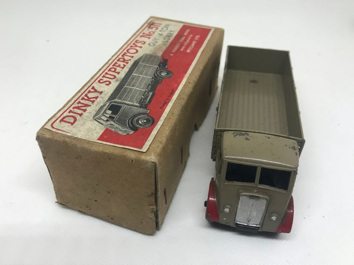 Dinky Toys - 1:43 - Guy 4-Ton Lorry N°511 - model van het 1e type in fawn en rood
