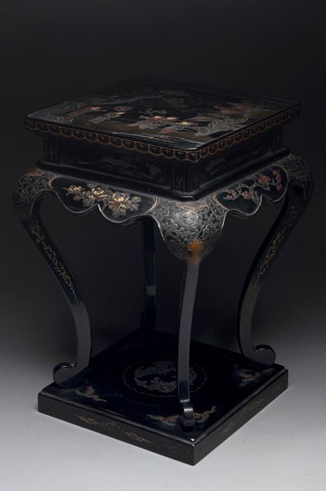 Tafel (1) - Goud, Hout, Lak, Parelmoer - Finely carved black lacqured table with karako scene - Japan - Eind 19e eeuw