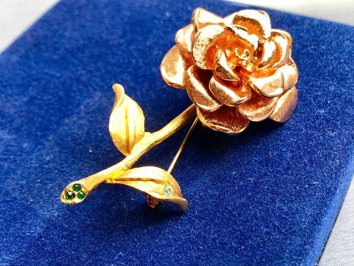 CAMROSE & KROSS - JACKIE KENNEDY - 24 kt. Gold-plated - Large Bloomed Rose Brooch Swarovski Crystals