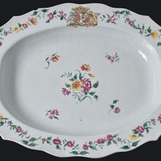 VERY LARGE CHINESE ARMORIAL OVAL PLATTER DUTCH MARKET (VAN SPAEN AND VAN NASSAU) - Porcelain - China - Qianlong (1736-1795)