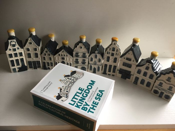Delfts Blauw (keramiek), Bols / Heinkes (jenever), KLM (vliegtuig bussines class) (11) - Ceramic, Earthenware, with book with description of all houses 1 to 100 by Mark Zegeling
