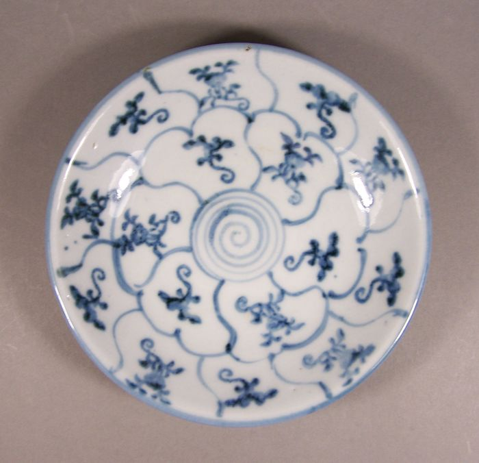Bol peu profond - Bleu et blanc - Porcelaine - Lingzhi, Pêche - A blue and white heavily potted shallow bowl, ca 1815 - Chine - Jiaqing (1796-1820)