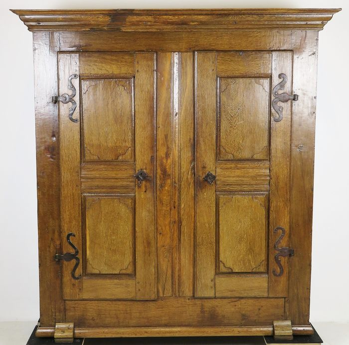 Bread cupboard with wrought iron hinges standing on shoe legs - Iron (wrought), Oak - 18th century