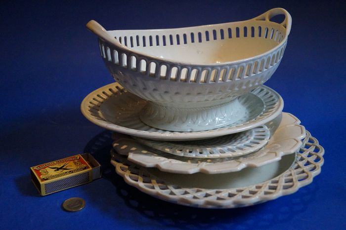 Wedgewood en andere - creamware oval dish with 5 plates - Porcelain