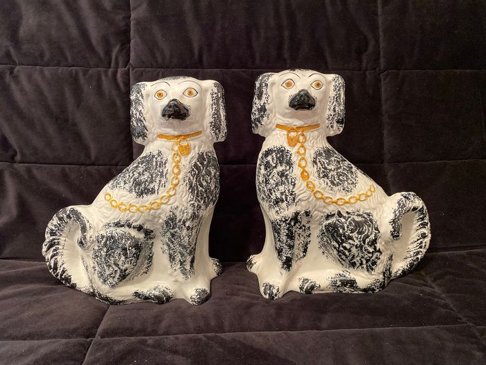 Staffordshire style - Ceramic object, Pair of Dogs (2)