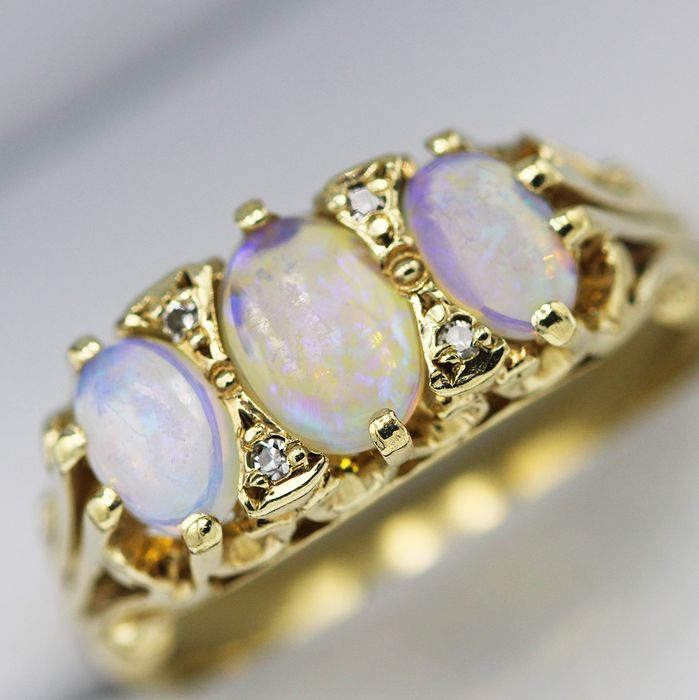 9 kt. Yellow gold - Ring - 0.90 ct Opal - Diamonds