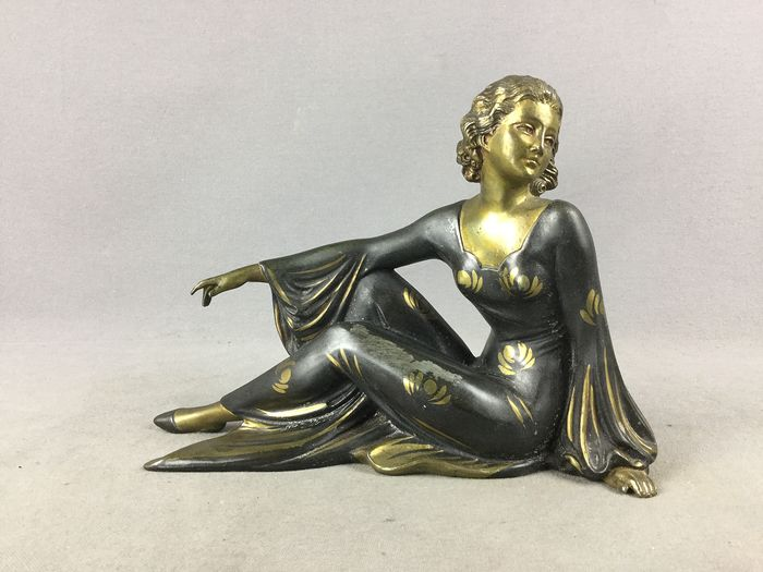 sculpture of a woman art deco - Spelter