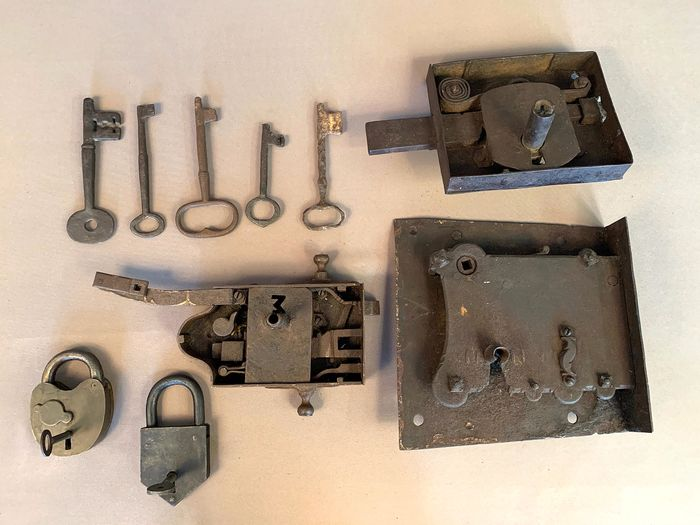 lock and keys (10) - Iron (cast/wrought)