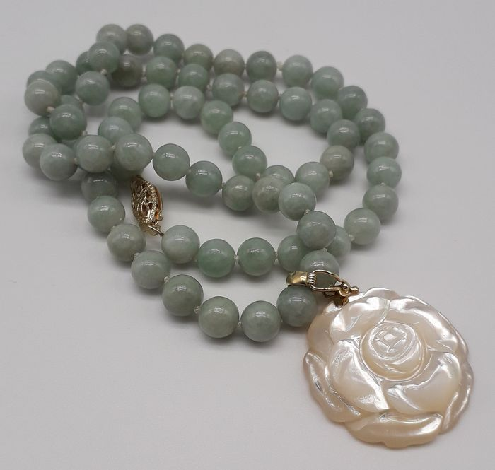 Jade & Carved Mother of Pearl  - 14 kt. Yellow gold - Necklace, Pendant