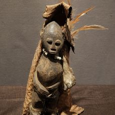Shrine (figure) - Feathers, Plant fibre, Wood - Provenance Jan Van Camp - Lobi - Liberia
