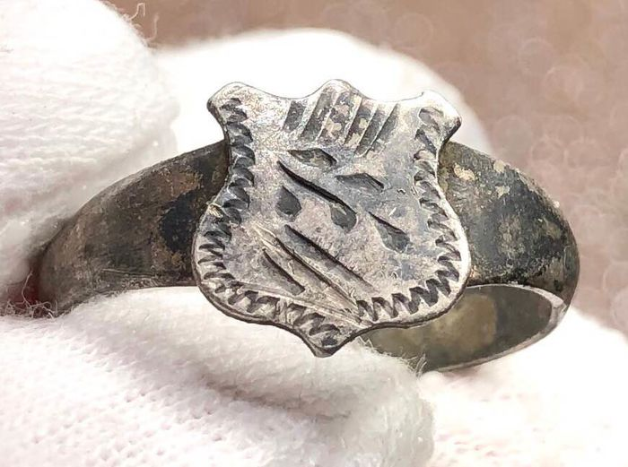 Post-medieval Silver Ring with a Bezel shaped as a Shield and engraved with a Branch on it.