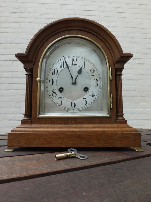 Beautiful oak table clock with Junghan's timepiece, cut glass and silver-plated dial. - Brass, Glass, Silver plated, Wood, Oak - First half 20th century
