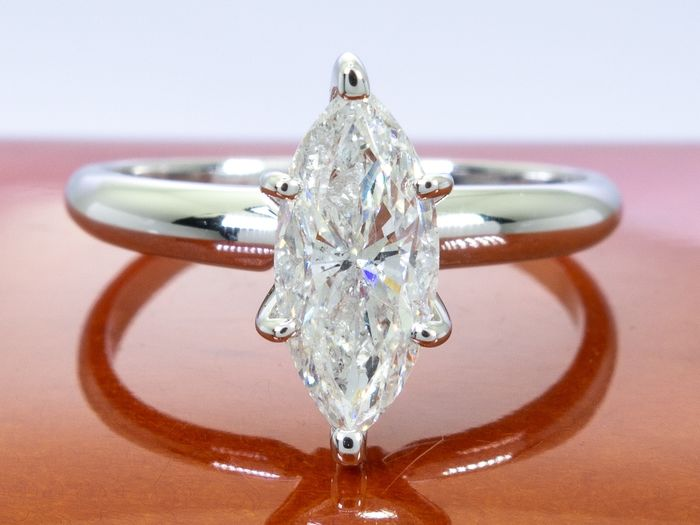 14 kt. Gold - Diamond ring with 0.98ct. solitair marquise center.